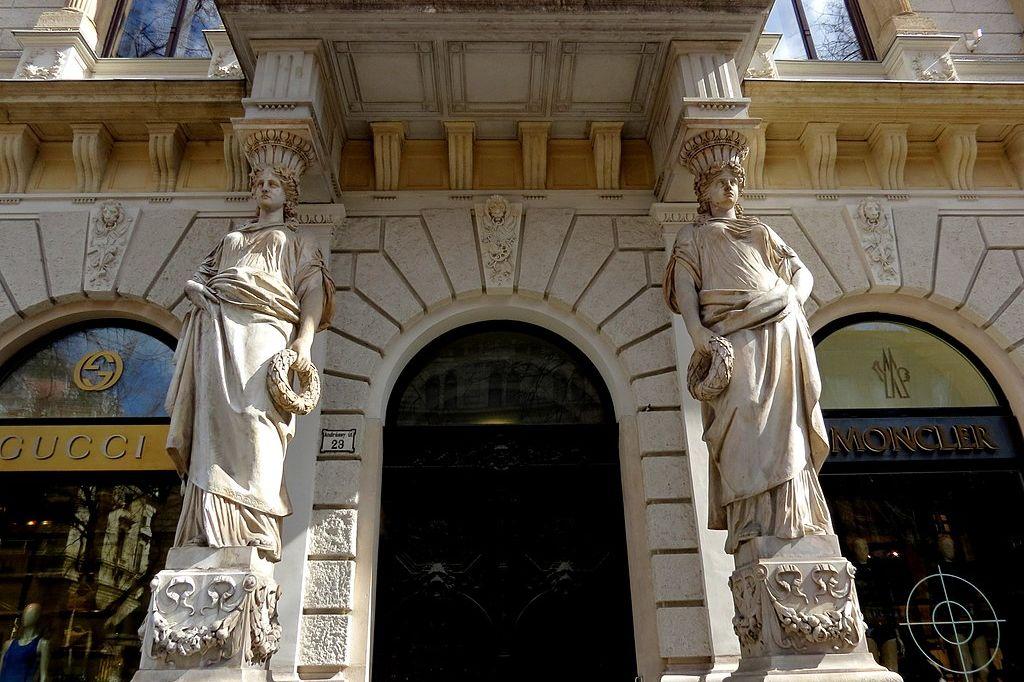 1024px Andrassy Avenue 23 detail 2013 Budapest 46 12821872603 uai - Art Homes Budapest